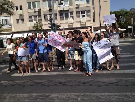 סופי קרבצקי מפגינה בעד מלצרים (צילום: צ'ינו פפראצי ,mako)
