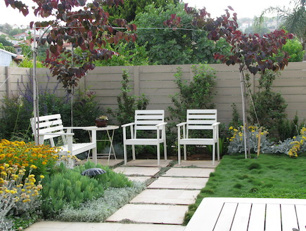 פינת ישיבה בגינה לאחר שיפוץ