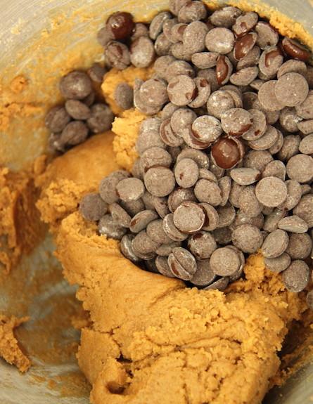 עוגיות שוקולד צ'יפס עם חמאה חומה