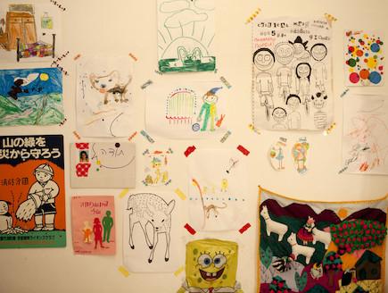 ציורים תלויים על הקיר