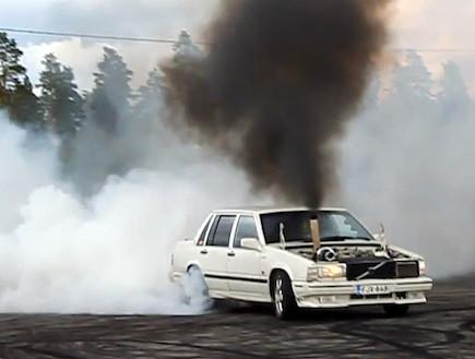 חריכת צמיגים עם מכוניות דיזל (צילום: יוטיוב )