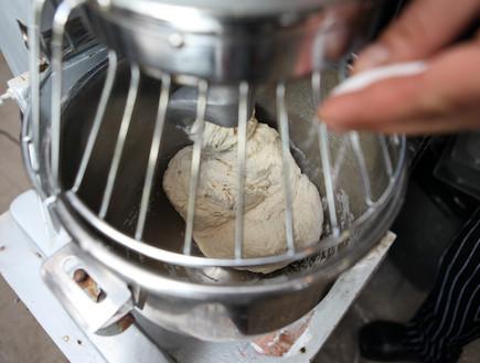 מדריך להכנת פיצה: הוספת מלח