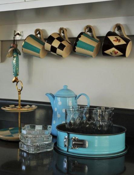 ספלים במטבח של ריקי קורי בכר
