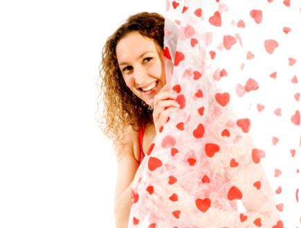 אישה מציצה מאחורי וילון אמבטיה (צילום: אימג'בנק / Thinkstock)