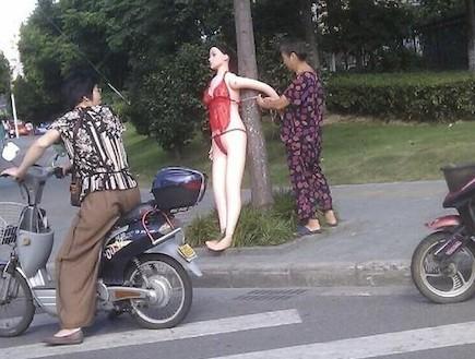 בובת מין על עץ (צילום: carnewschina.com)