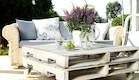 שולחן בלבן בגינה (צילום: עודד קרני)