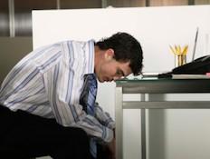 גבר עצוב בעבודה (צילום: אימג