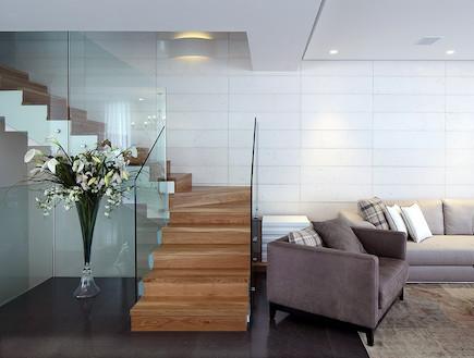 סלון ומדרגות, בית בראשון לציון (צילום: עוזי פורת)