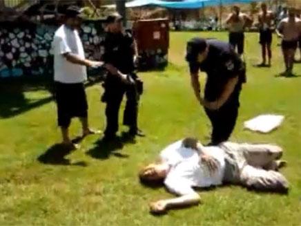 טלאל אסיאד שוכב על הדשא, השבוע