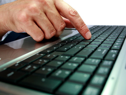 אצבע על מקלדת מחשב (צילום: אימג'בנק / Thinkstock)
