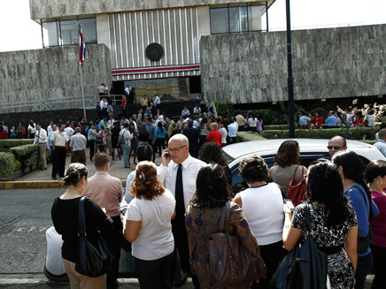 אנשים מפונים בקוסטה ריקה בעקבות רעש האדמה (צילום: רויטרס)