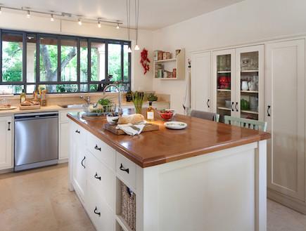 אלישבע צור אי במטבח (צילום: שי אפשטיין)