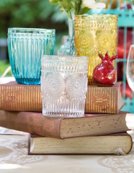 שולחן חג-כוסות וספרים בעיצוב נעמי ונאוה