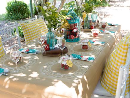 שולחן חג-כריות בצהוב בעיצוב נעמי ונאוה