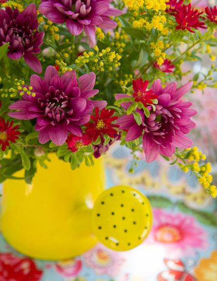 שולחן חג-פרחים בתוך משפך בעיצוב אורית זילברמן