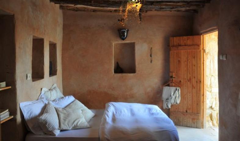חדר שינה באווירה מדברית (צילום: שי אדם)