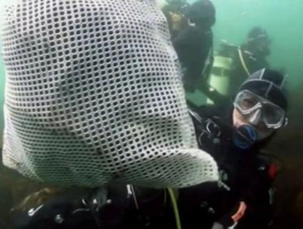 המצלמה שנמצאה בקרקעית הים (צילום: dailymail.co.uk)
