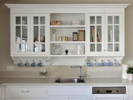 ארון לבן מעל הכיור (צילום: שי אדם)