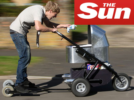 """עגלת תינוק עם מנוע 125 סמ""""ק (צילום: THE SUN)"""