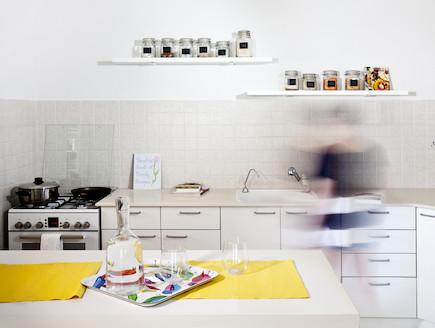 מטבח אחרי שיפוץ (צילום: טטיאנה פאוטוב)