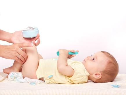 אמא מורחת משחת החתלה לתינוק (צילום: אימג'בנק / Thinkstock)