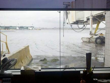 שדה התעופה לה גוארדיה מוצף בגלל סנדי
