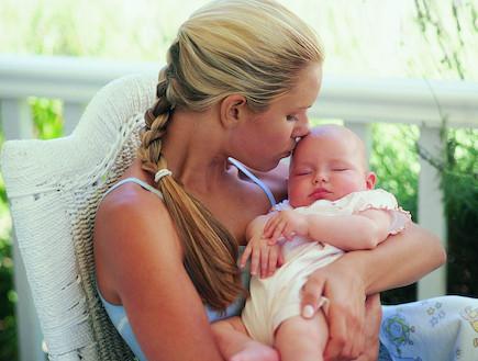 אמא מחבקת תינוק ישן (צילום: אימג'בנק / Thinkstock)