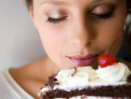 בחורה מריחה עוגת שוקולד (צילום: realsimple.com ,getty images)