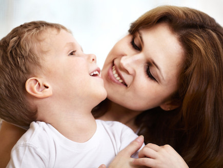 אמא וילד מחייכים