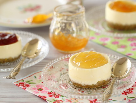 עוגות גבינה אישיות עם מעדן פרי (צילום: חן שוקרון ,אוכל טוב)