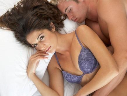 גבר ישן במיטה, אישה ערה. סקס. זוג