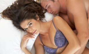 גבר ישן במיטה, אישה ערה. סקס. זוג (צילום: realsimple.com ,getty images)
