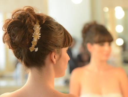מראה שיער רומנטי אסוף