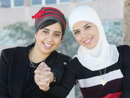 אלינור וסלמה מחזיקות ידיים
