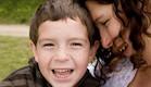 אמא מחבקת ילד עם נמשים (צילום: אימג'בנק / Thinkstock)
