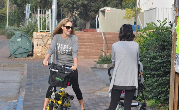 מירי בוהדנה והאופניים (צילום: צ'ינו פפראצי ,mako)