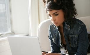 אישה מול מחשב (צילום: realsimple.com)