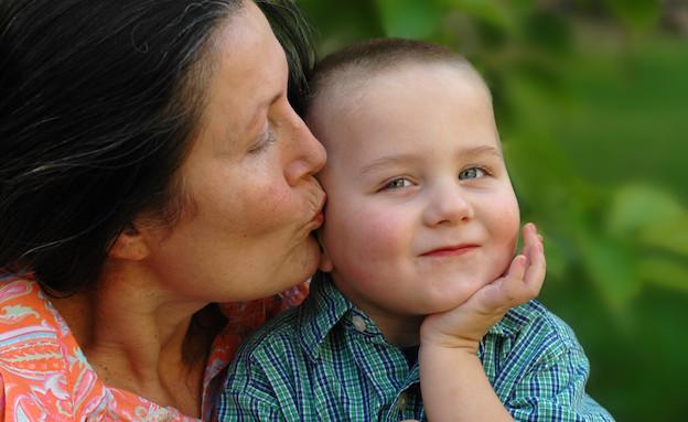 סבתא מנשקת ילד (צילום: אימג'בנק / Thinkstock)