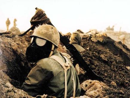 חייל עם מסכת גז