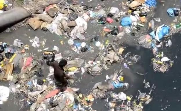 נהר הזבל בקטמנדו (תמונת AVI: יוטיוב  ,צילום מסך youtube)