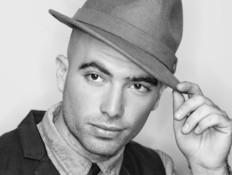 עומר אדם עם כובע