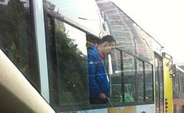 סיני משתין מהאוטובוס (צילום: austriantimes.at)