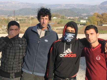 איתי אנגל עם חיילים שערקו משורות הצבא סורי