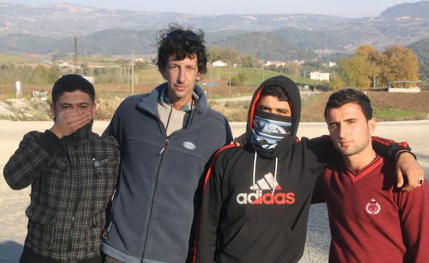 איתי אנגל עם חיילים שערקו משורות הצבא סורי (צילום: אמיר תיבון ,עובדה)