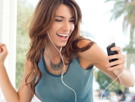 אוזניות, סלולרי, שומעת מוזיקה, סמארטפון (צילום: ThinkStock)