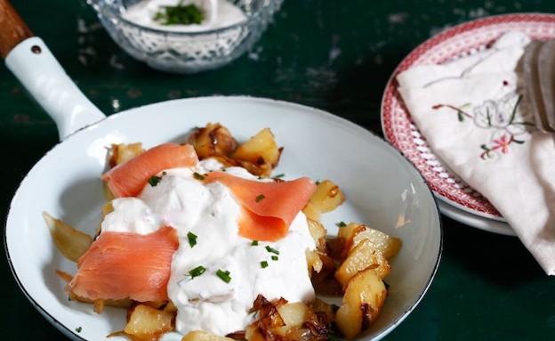 תפוחי אדמה עם שמנת חמוצה וסלמון (צילום: אפיק גבאי ,אוכל טוב)