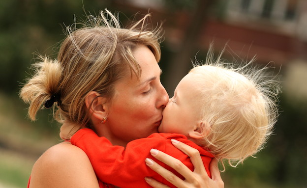 אמא מחבקת ומנשקת ילד (צילום: אימג'בנק / Thinkstock)