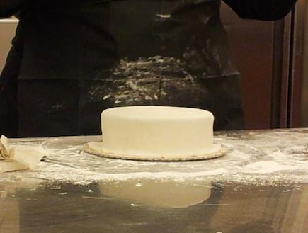 סדנת בצק סוכר בלגעת באוכל - עוגה מצופה בצק סוכר