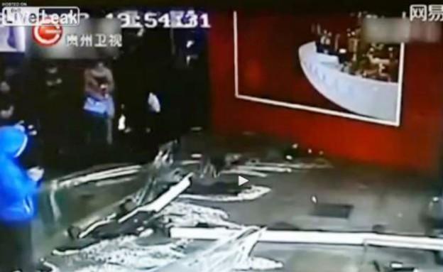 אקוואריום התנפץ בשנגחאי (וידאו WMV: יוטיוב  ,צילום מסך youtube)
