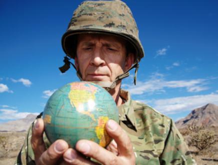 חייל מחזיק גלובוס